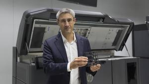 Ramon Pastor, vicepresidente de impresión 3D de HP, con la impresora creada en Sant Cugat.