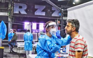 Un asistente al concierto de Love of Lesbian se somete a un test de antígenos en la sala Razzmatazz