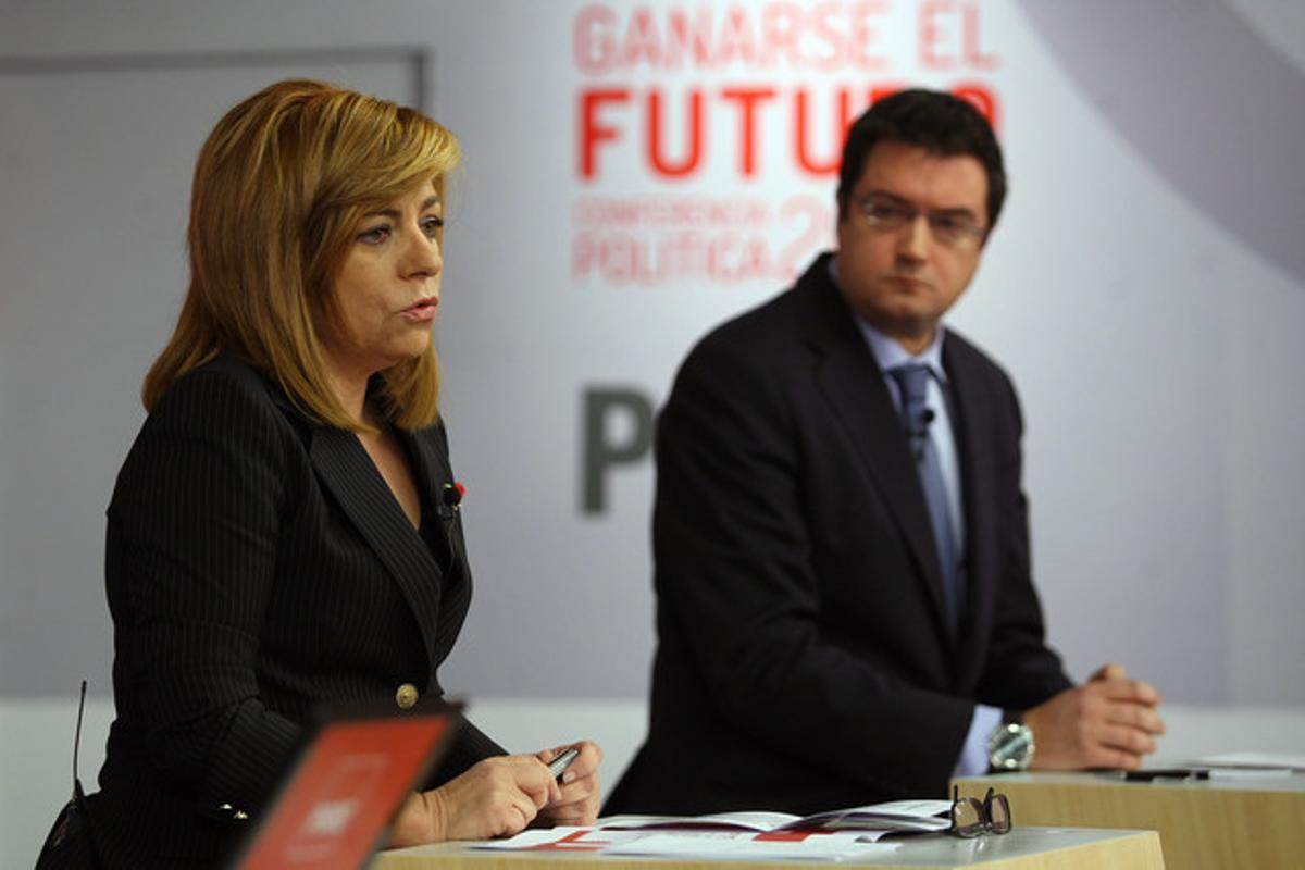 La vicesecretaria general del Psoe, Elena Valenciano, y el secretario de Organizacion, Oscar Lopez, durante la presentacion este lunes de la Conferencia Politica del PSOE 2013.