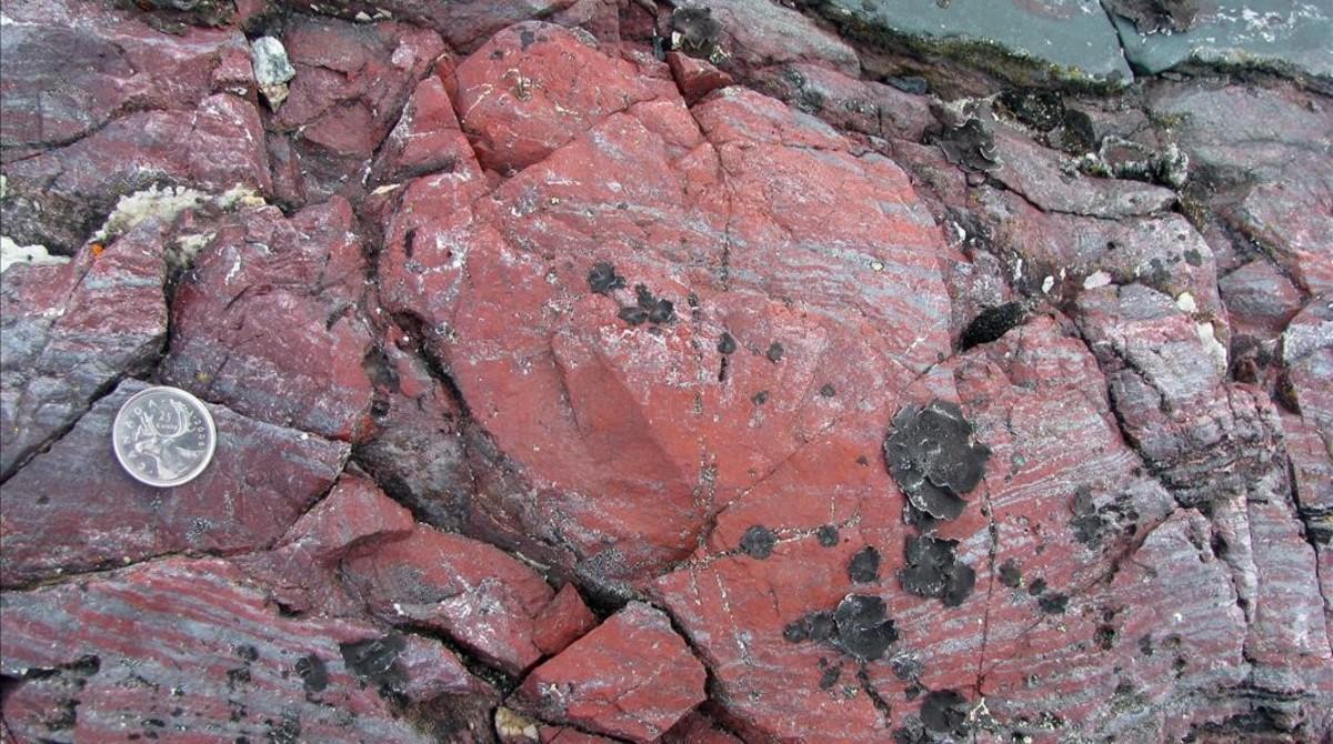 Impregnaciones rojizas en una roca, resultado de la primitiva actividad bacteriana. Los sedimentos tienen entre3.770 y4.300 millones de años.