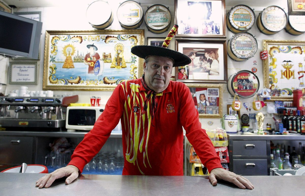 Manuel Cáceres, conocido como Manolo el del Bombo, posa en 2011 en el bar que regentóen Valencia.