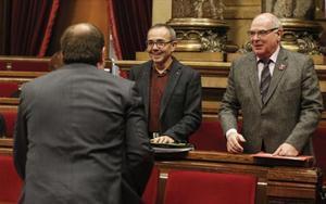 Los diputados de Sí que es Pot Joan Coscubiela y Lluís Rabell, frente al líder de ERC, Oriol Junqueras.