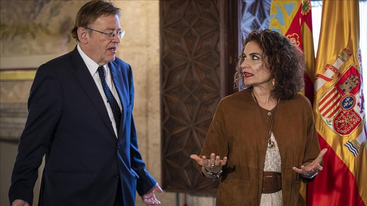 La ministra de Hacienda en funciones, María Jesús Montero, comparece ante los medios en el Palau de la Generalitat junto al president Ximo Puig