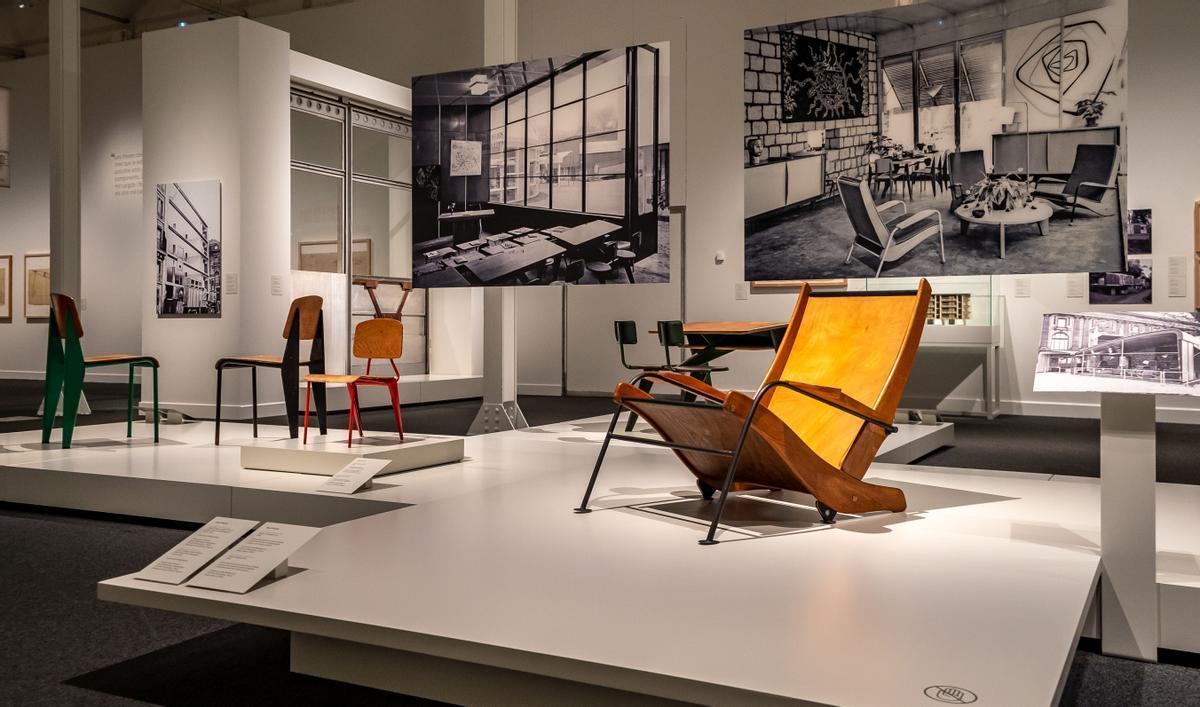 Mobiliario de Prouvé y, en la foto suspendida, cómo se mostró en la Exposición Internacional de las Artes y Técnicas Aplicadas a la Vida Moderna de París, en 1937.
