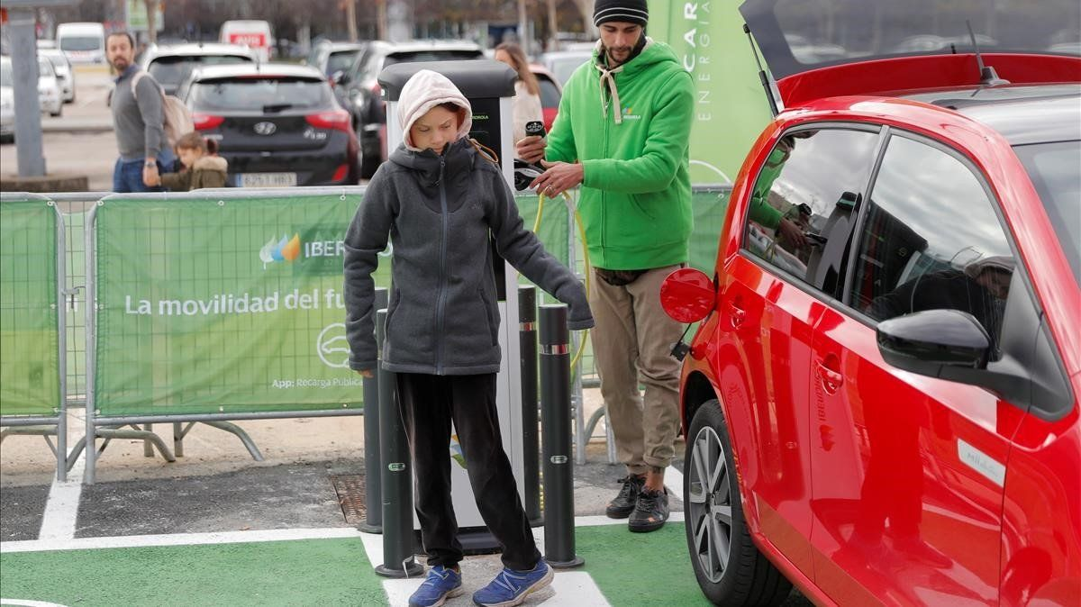 La activista Greta Thunberg, a su llegada a la Cumbre del Clima en un coche eléctrico.