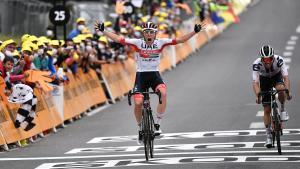 El esloveno Pogacar (i) celebra el triunfo en la etapa por delante de Hirschi.