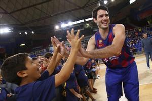 Álex Abrines saluda a unos niños como nuevo jugador del Barça
