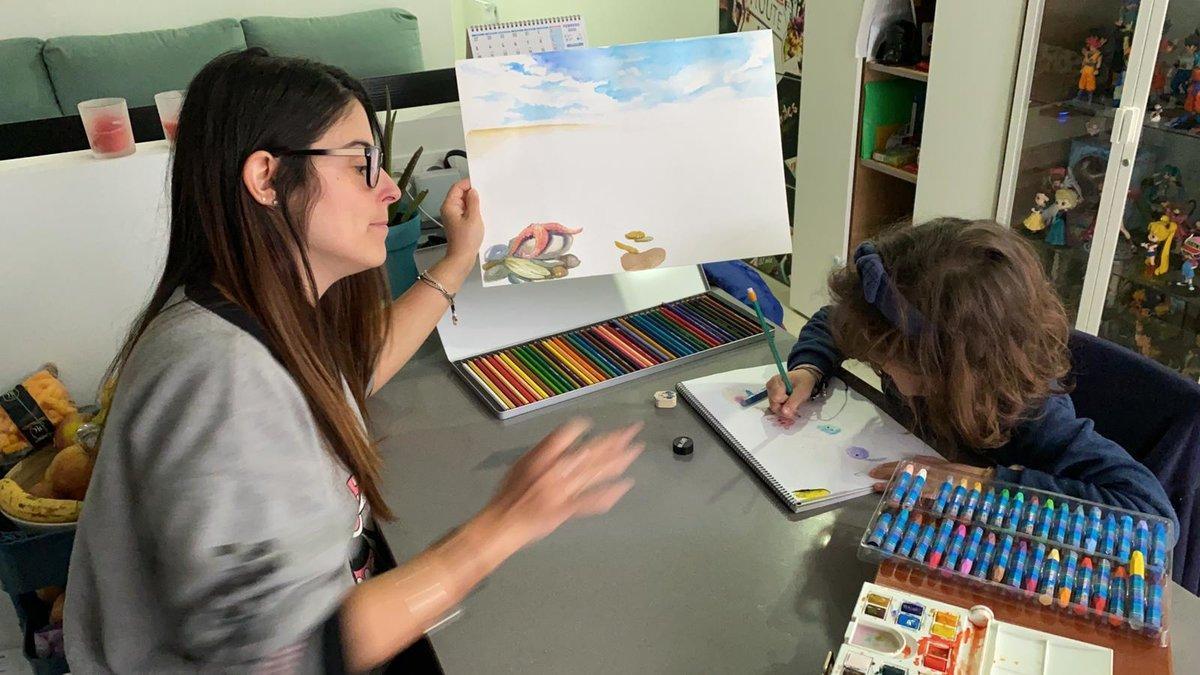Miriam y Ona, de Sabadell, hacen dibujos en casa, en Sabadell, para entretenerse