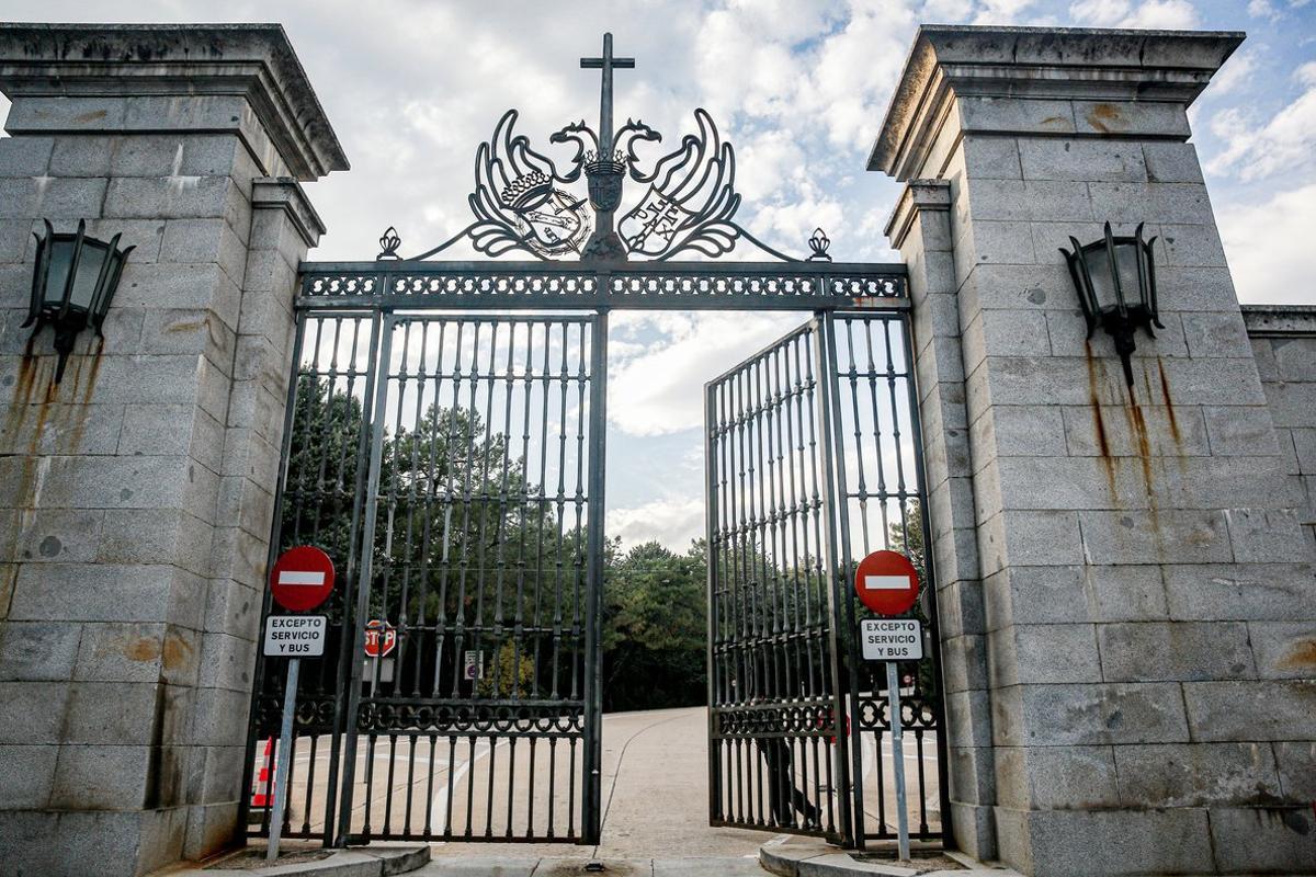 Puerta de entrada al Valle de los Caídos en San Lorenzo de El Escorial (Madrid).