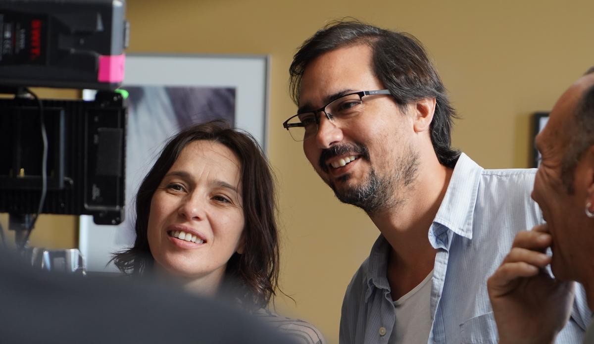 Ariadna Gil y el director, Guillermo Ríos, revisan una escena de la película.
