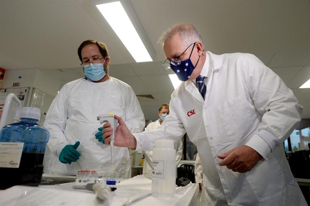 Morrison (dcha.), durante una visita a un centro de vacunación en Australia.