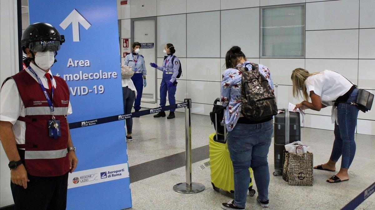 Control de pasajeros en el aeropuerto romano de Fiumicino, este miércoles.