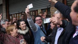 Personas celebrando el primero premio de la Lotería del Niño.