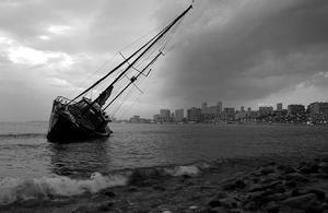 Imagen de archivo de un velero encallado.