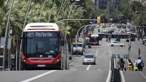 Un bus de la V-21 en la calle de Marina, donde a otro vehículo de la misma línea le fallaron los frenos el pasado martes.
