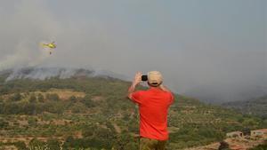 Un vecino otografía los trabajos de extinción del incenio declarado en Cabezuela del Valle, ayer