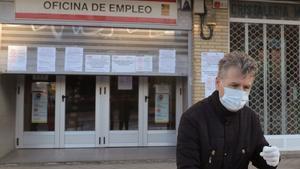 MADRID, 02/04/2020.- Un hombre pasa ante una oficina de empleo este jueves en Madrid. El paro registrado en marzo creció en más de 300.000 personas, hasta los 3,5 millones de personas, en tanto que la Seguridad Social perdió 833.979 afiliados al cierre del mes por el impacto del COVID-19, lo que supone la mayor caída de su historia y deja el número de cotizantes en 18,4 millones. EFE/JuanJo Martín