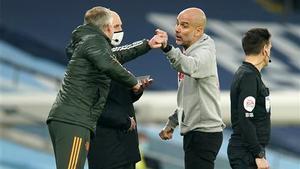 Soljkaer y Guardiola, en un momento tenso durante el derbi de Manchester.