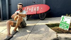 Pau Donés, amante del surf, en su etapa californiana.