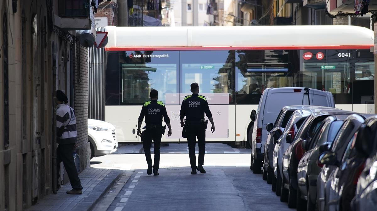 Agentes de la Guardia Urbana en la calle del Mar de la Barceloneta