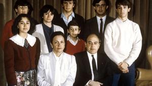 1986 / Jordi Pujol, posa con su esposa Marta Ferrusola y sus siete hijos. Mireia, Oriol (ojos cerrados), Marta, Josep (camisa azul), Oleguer (el más pequeño), Jordi (con corbata) y Pere.