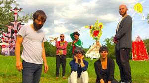 Enric Montefusco, con Los Corderos y Sònia Gómez, en una imagen promocional de 'Tata mala'.
