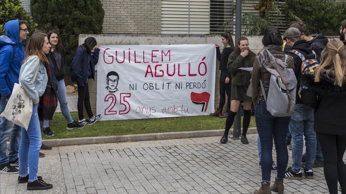 Concentración en recuerdo de Agulló en el 25 aniversario de su asesinato en la sede de la Universitat de València en su Burjassot natal