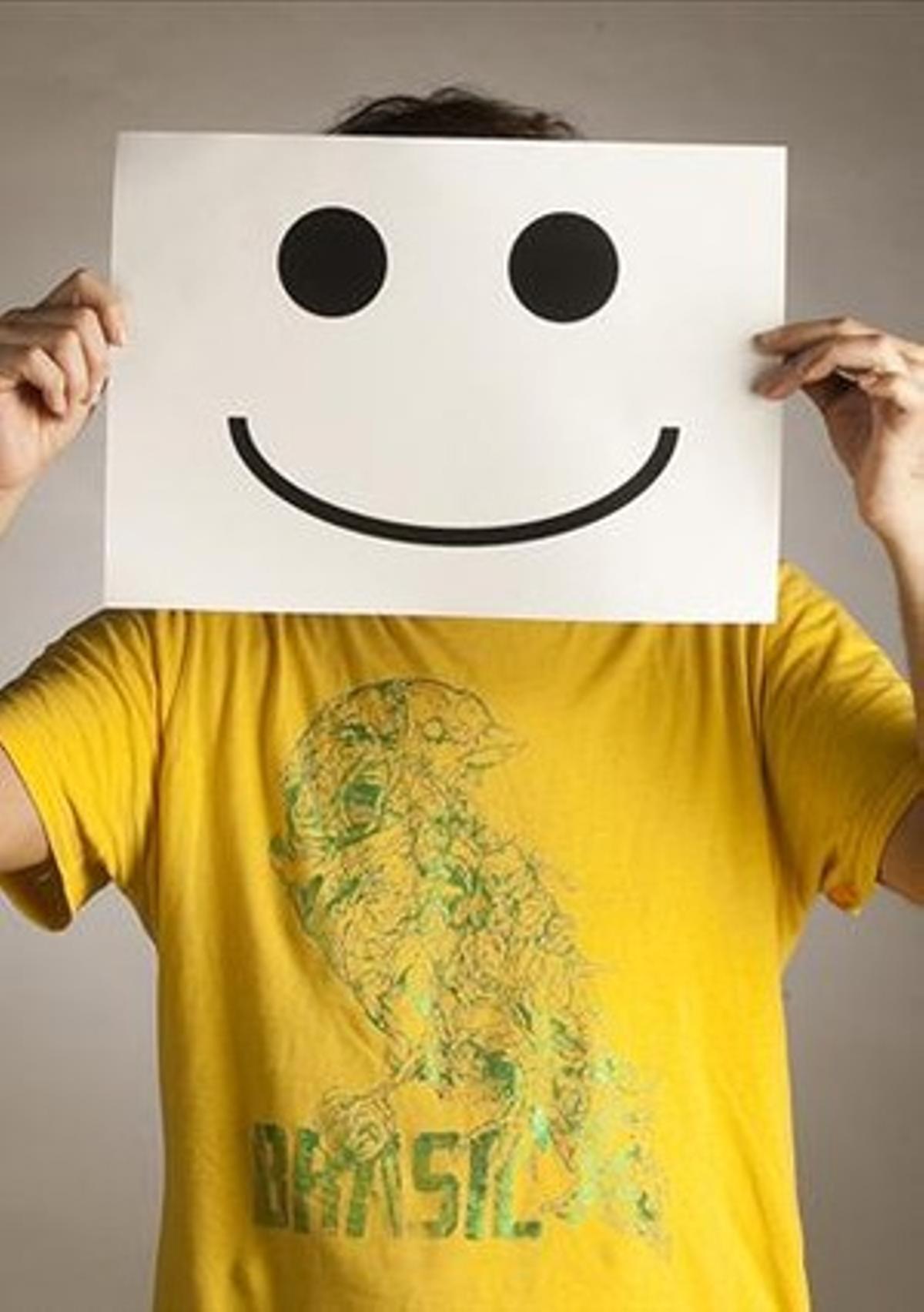 Albert Espinosa posatras una sonrisapara el número extra dedicado al optimismo de 'Dominical'.