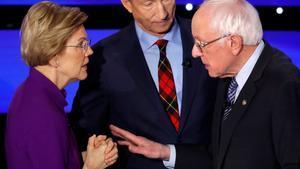 Los senadores Elizabeth Warren y Bernie Sanders, junto al magnate Tom Steyer (tras ellos), durante el debate.