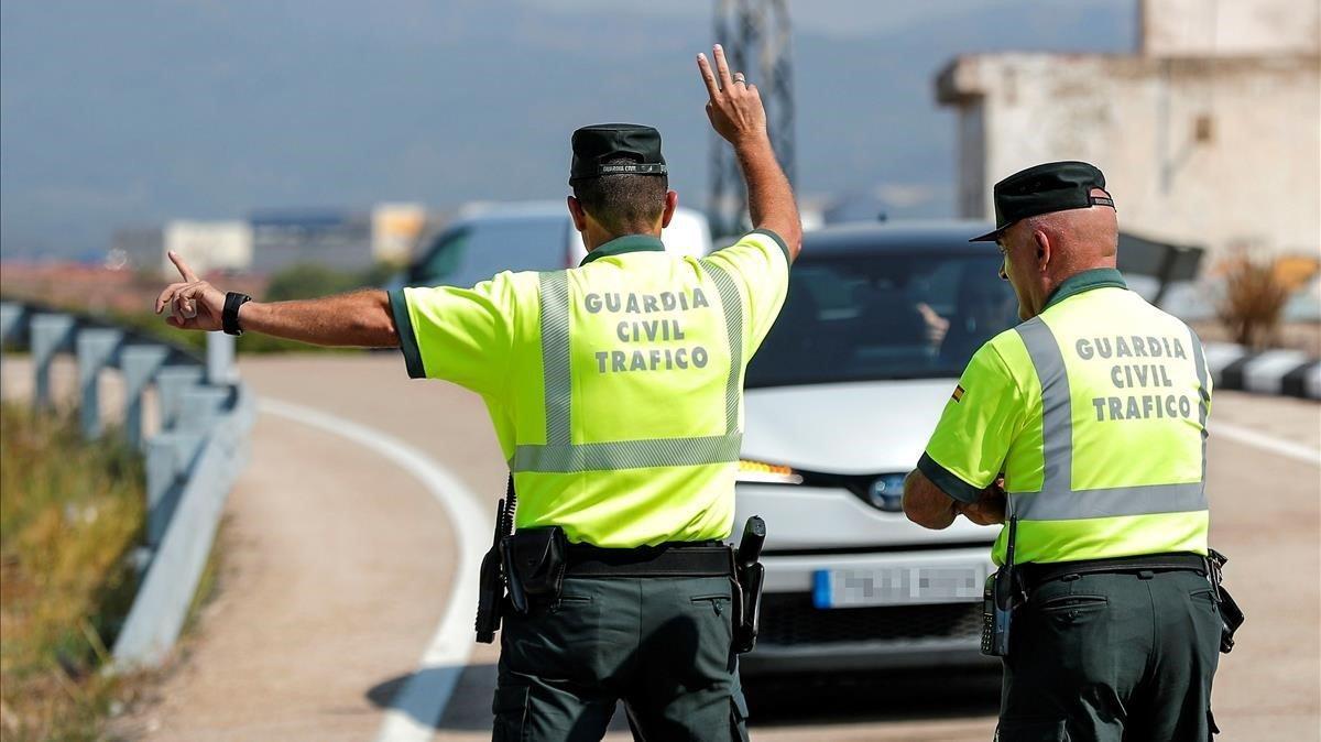 El Govern permet dues persones per cotxe, una al davant i l'altra al darrere