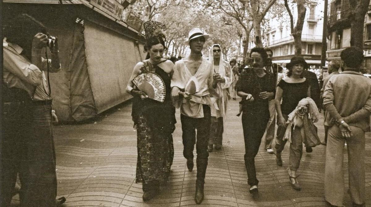 Ocaña, Camilo, Nazario y Maite (de izquierda a derecha), en la primera manifestacion gay en Barcelona, en 1977, en una fotografía del libro dememorias de Nazario.