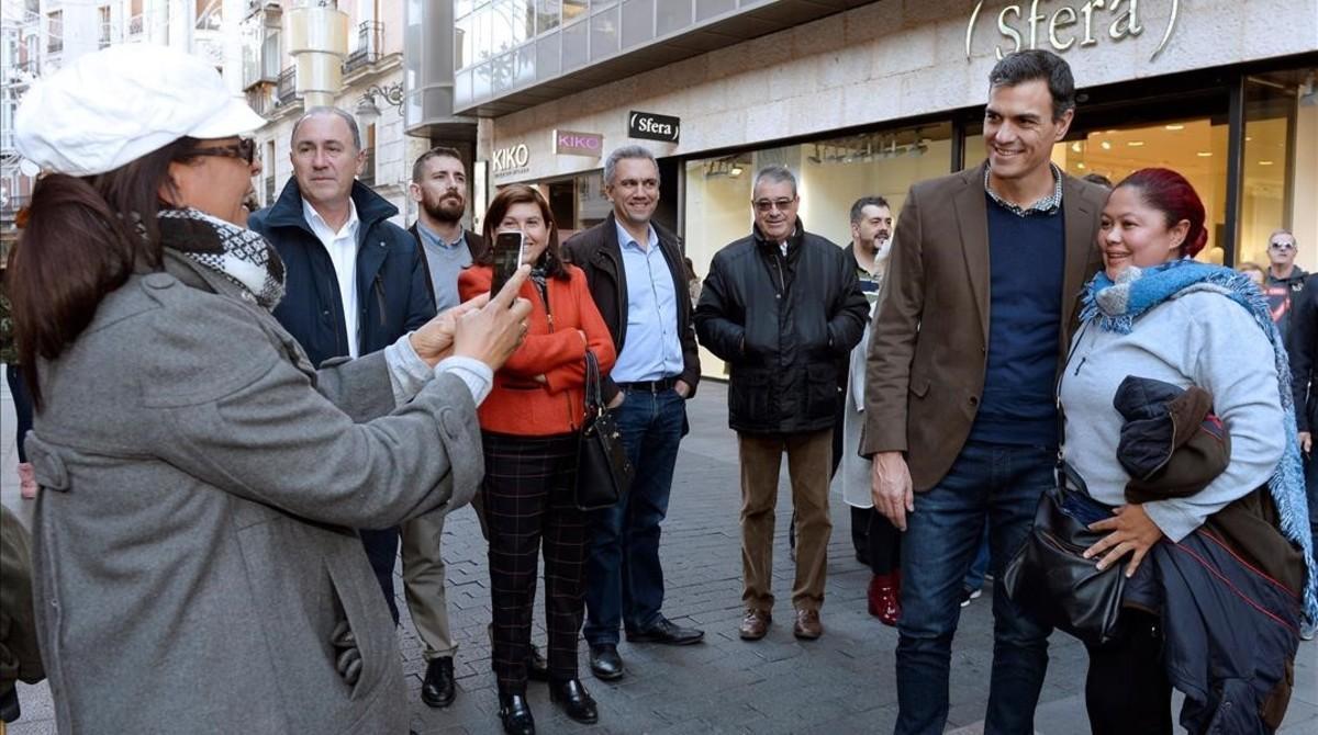 Pedro Sánchez pasea por Valladolid, el pasado jueves.