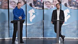 Los candidatos Erik Jensen de Siumut, y Mute B. Egede de IA, participan en un debate previo a las elecciones parlamentarias.