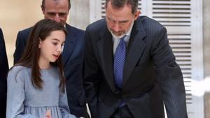 Felipe VI,junto a una de las niñas ganadoras de la última edición del concurso ¿Qué es un rey para ti?.