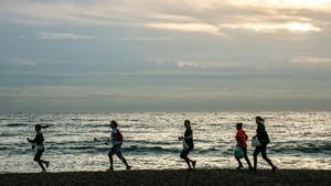 'Plogging', un invento nórdico: recoges basura mientras corres. Quedan 15 días para limpiar la Barceloneta al trote.