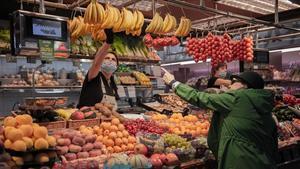 Puesto de venta de frutas y verdurasen el mercado de La Llibertat, enGràcia.