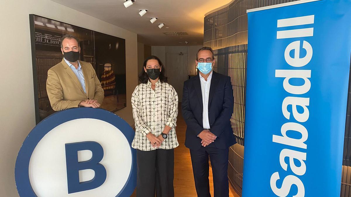 El director general adjunto y director territorial en Catalunya de Banco Sabadell, Enric Rovira, junto con representante de Barcelona Global