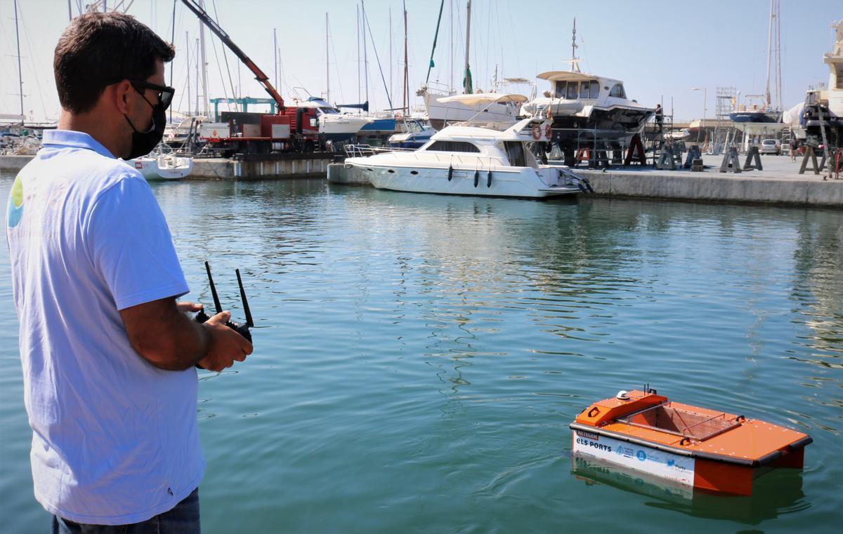 El dron acuático del Port de Badalona con un operario manipulándolo.