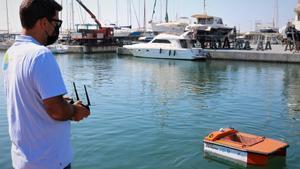 El Port de Badalona posa en marxa una prova pilot per netejar la superfície de l'aigua amb un dron