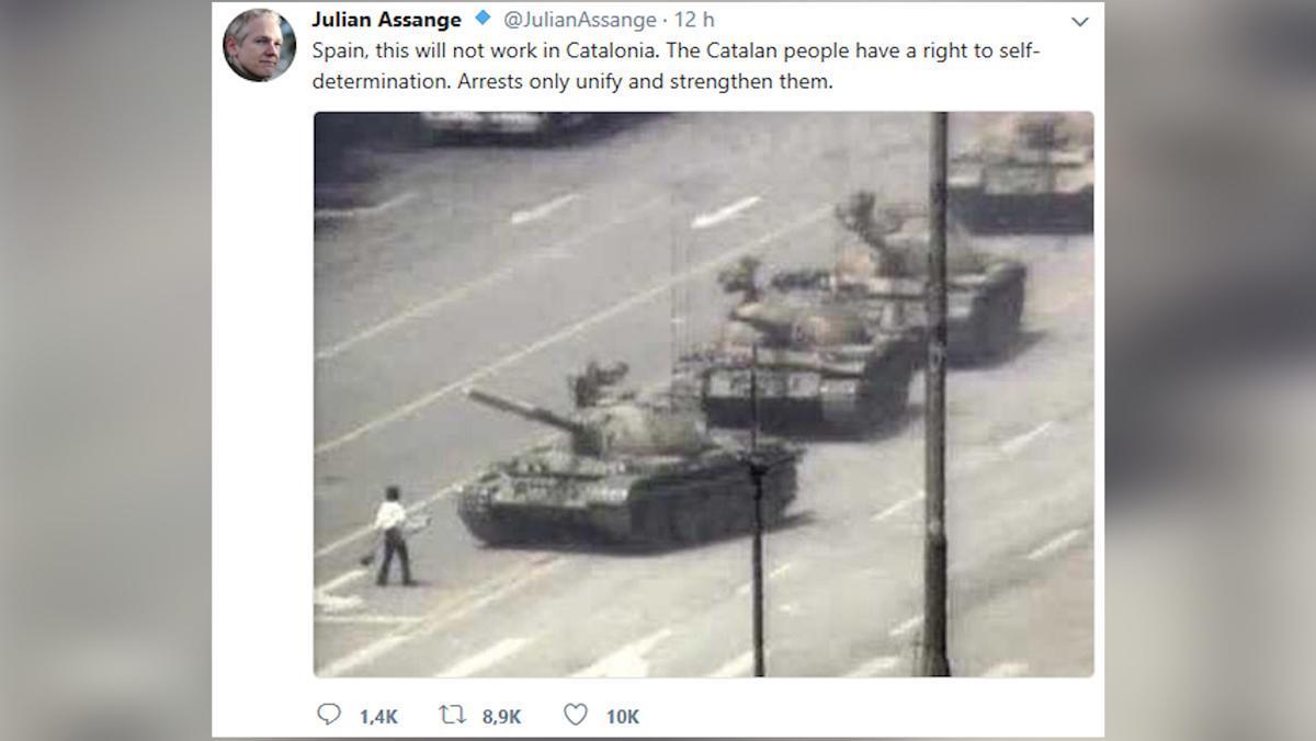 Assange y Pérez-Reverte se enzarzan en Twitter por el referéndum catalán