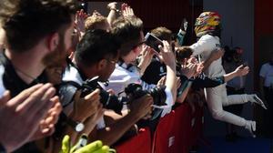 Lewis Hamilton celebra con sus mecánicos la victoria de hoy en Barcelona.