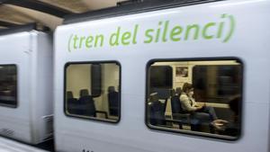 Uno de los convoyes ya 'logotipados', en la estación de plaza de Catalunya,