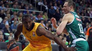Jankunas (Zalgiris) pelea un balón con Dorsey en Kaunas.