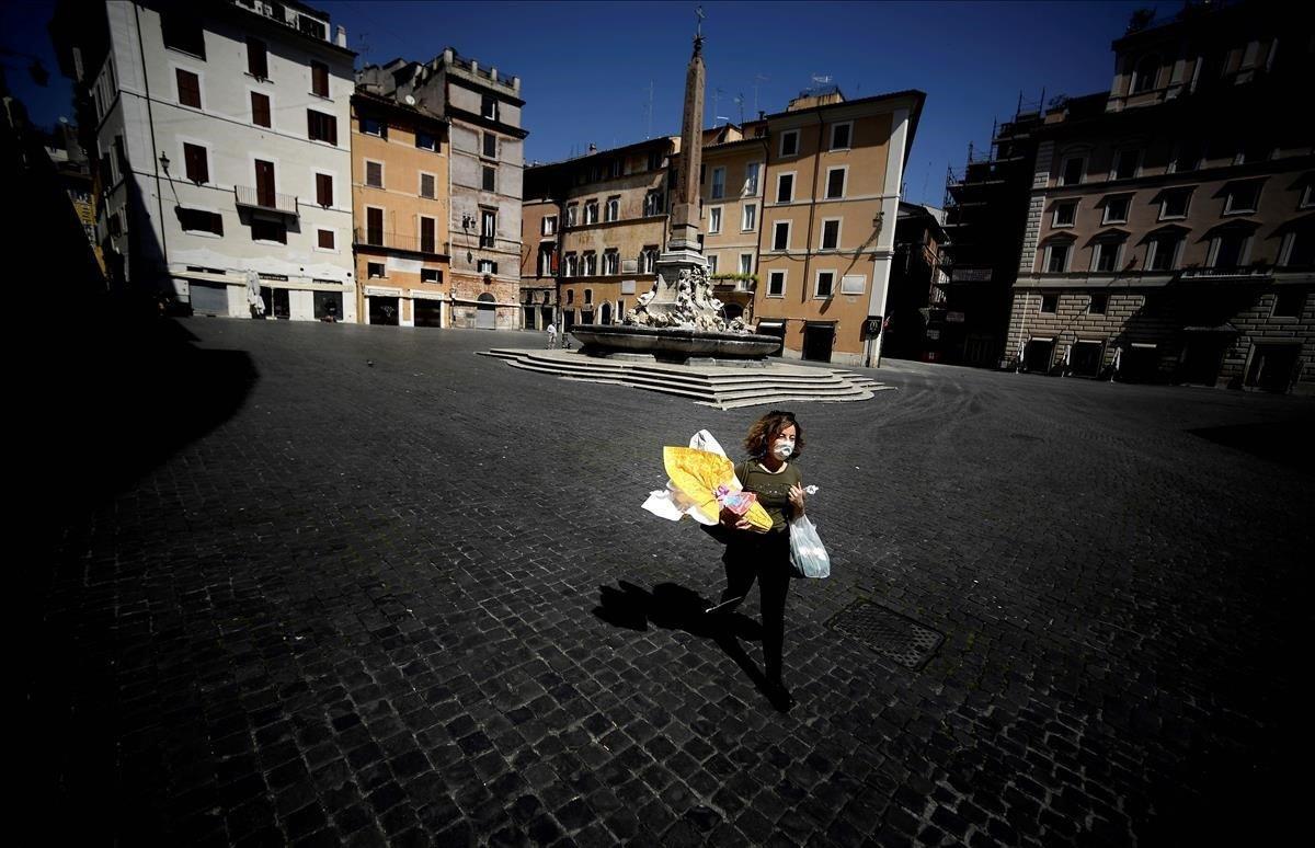 Una mujer lleva sus compras en la Piazza della Rotonda.