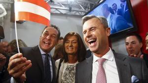 El candidato presidencial,Norbert Hofer (a la derecha), y el líder del FPO, Heinz-Christian Strache, celebran la victoria en la primera vuelta.