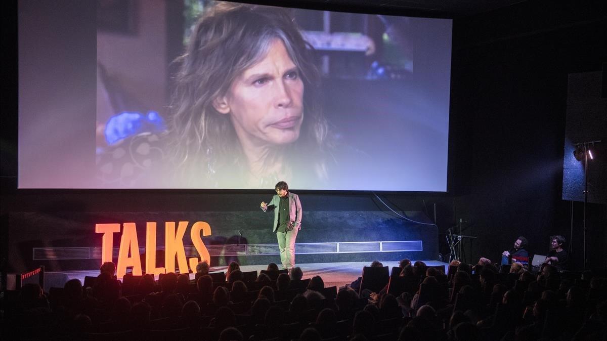 Tomàs Fuentes desmonta el mito de que el cerebro es una máquina perfecta en las últimas Charlas Talks, en los Cinemes Girona. «¿Qué veis aquí?, ¿al cantante de Aerosmith o a Alicia Sánchez-Camacho?». Una ilusión ó(PP)tica.