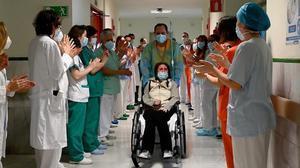 Recibe el alta en Madrid una paciente ingresada 10 meses por covid.