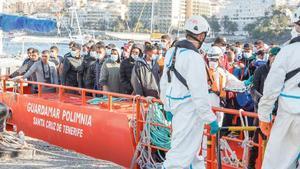 Rescate cerca de Gran Canaria de 64 ocupantes de una patera.