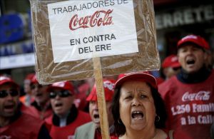 Trabajadores de Coca Cola protestan por el cierre de fabricas frente a la sede del PP, en marzo del 2014.