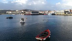 Un vaixell sense tripulació s'enfonsa a Muxía carregat amb 1.500 litres de gasoil